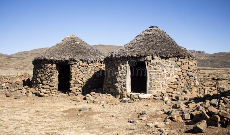 传统种族非洲人在被放弃的村庄安置rondavels 库存图片