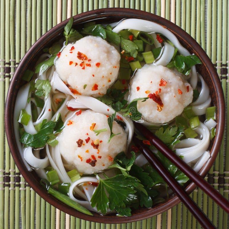 传统米线汤有鱼丸顶视图 库存照片