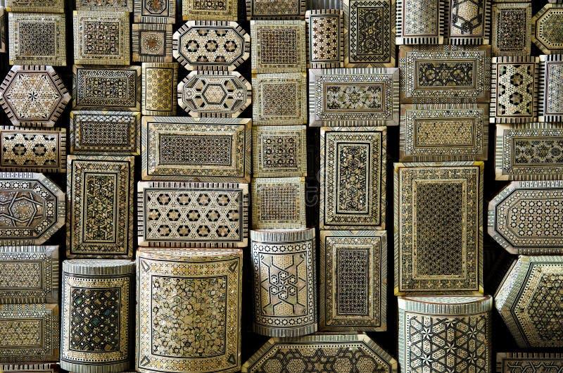 传统纪念品箱子在开罗上埃及市场  库存图片