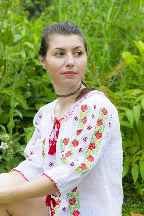 传统罗马尼亚女衬衫的女孩 免版税库存照片