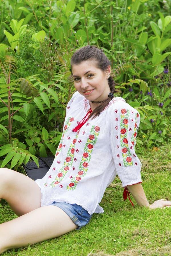传统罗马尼亚女衬衫的女孩 免版税库存图片