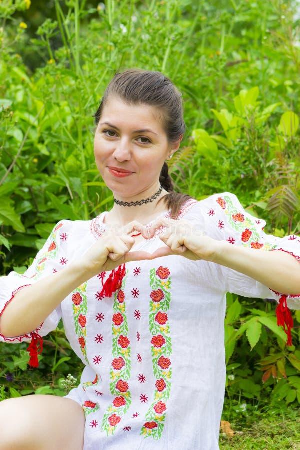 传统罗马尼亚女衬衫的女孩 图库摄影