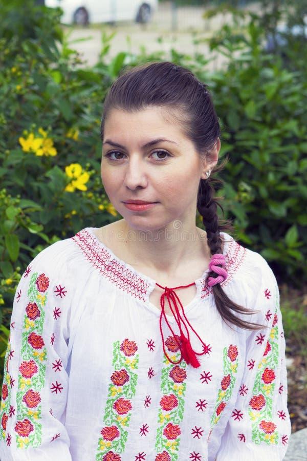 传统罗马尼亚女衬衫的女孩 库存照片
