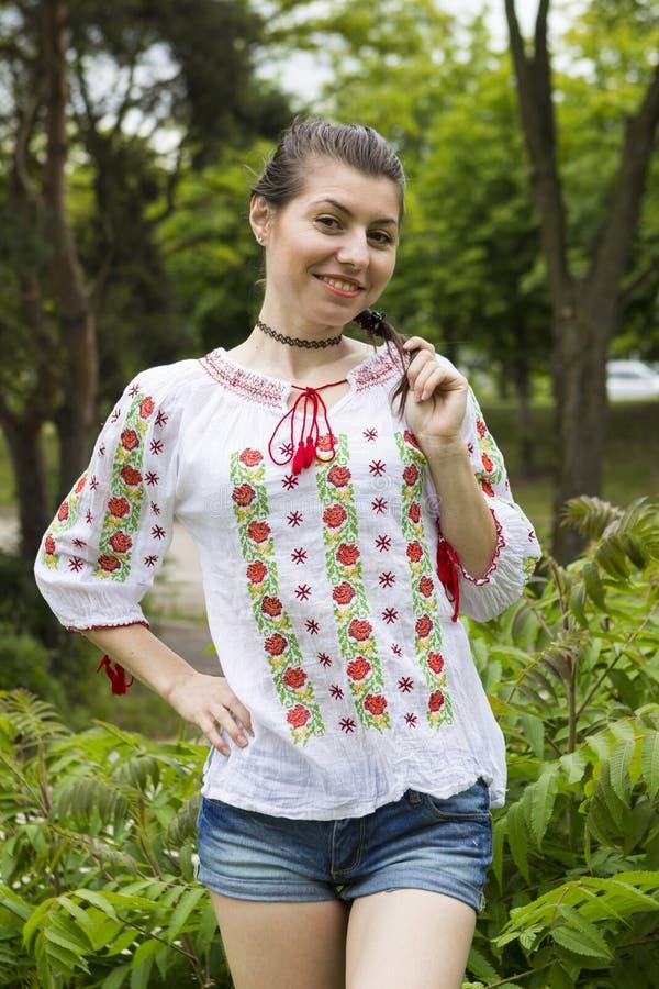 传统罗马尼亚女衬衫的女孩 免版税图库摄影