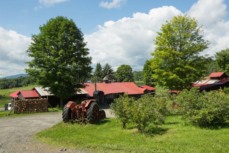 传统美国农场,蓝色多云天空 库存图片