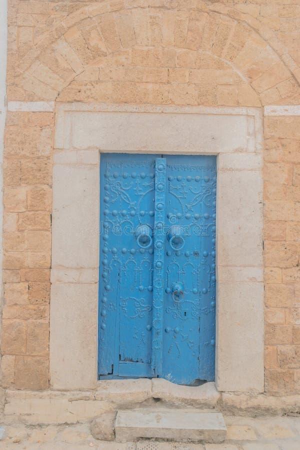 传统老被绘的门在历史区或麦地那,突尼斯 免版税库存图片