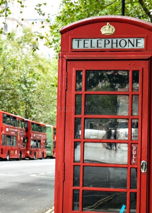 传统英国红色电话电话箱子和红色双层公共汽车伦敦英国 免版税库存图片