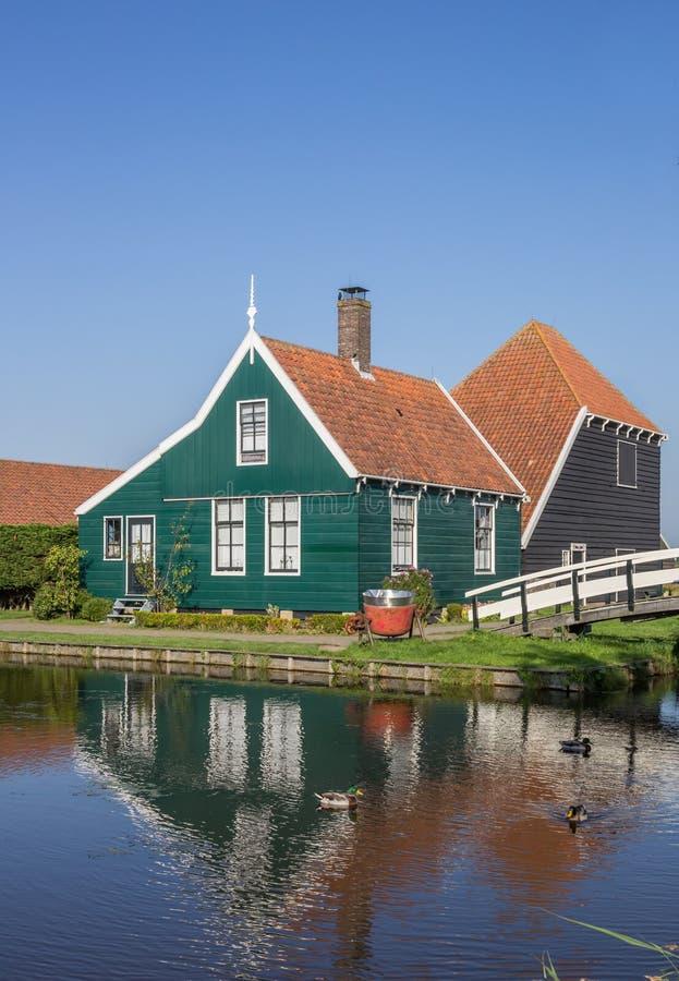 传统荷兰木房子和白色桥梁在Zaanse Schans 库存照片