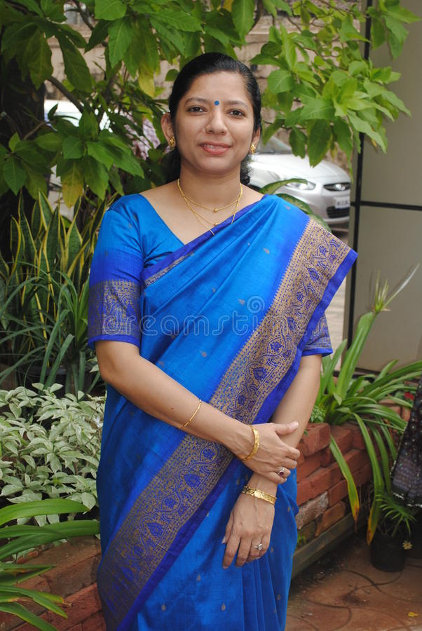 传统莎丽服的印地安妇女 免版税图库摄影