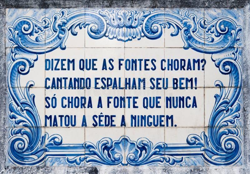 传统葡萄牙瓦片手画蓝色和丝毫盘区  免版税库存图片