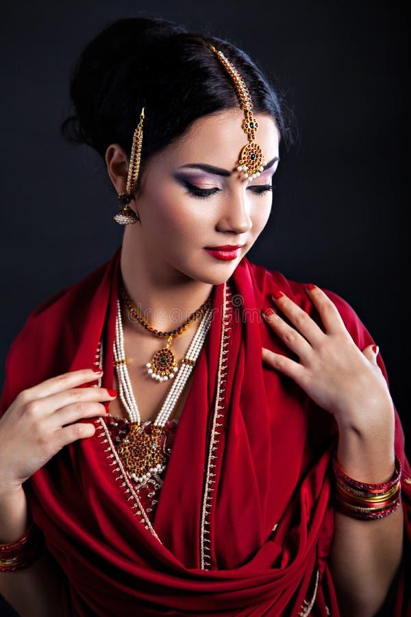 传统衣物的美丽的年轻印地安妇女有东方的 免版税图库摄影