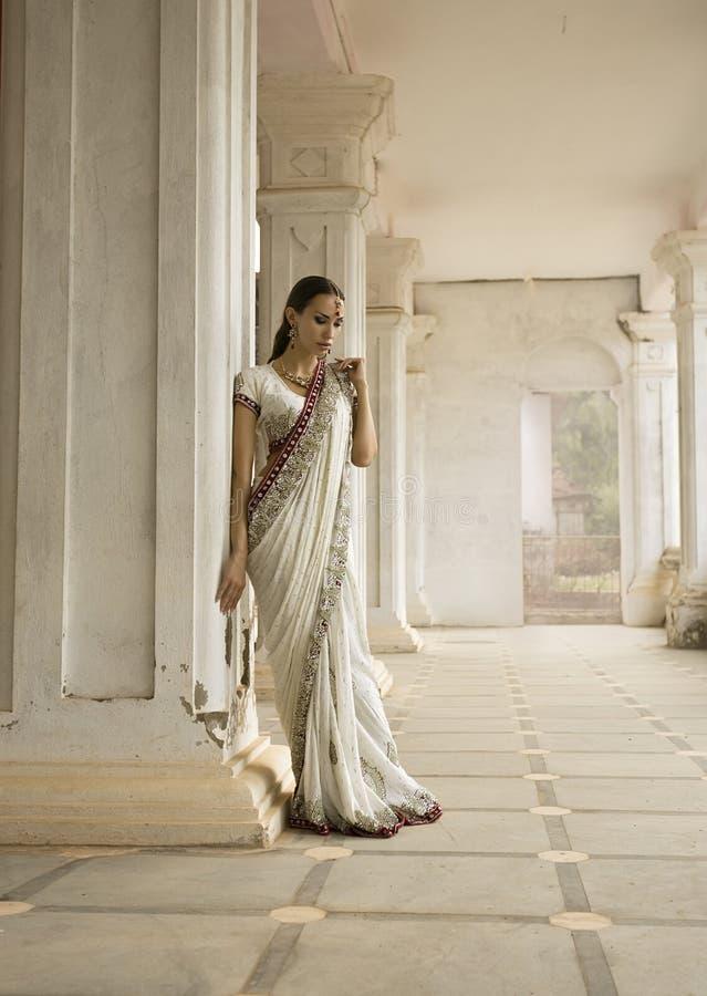 传统衣物的美丽的年轻印地安妇女有新娘的 免版税库存照片