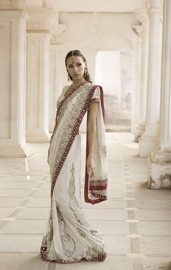 传统衣物的美丽的年轻印地安妇女 图库摄影