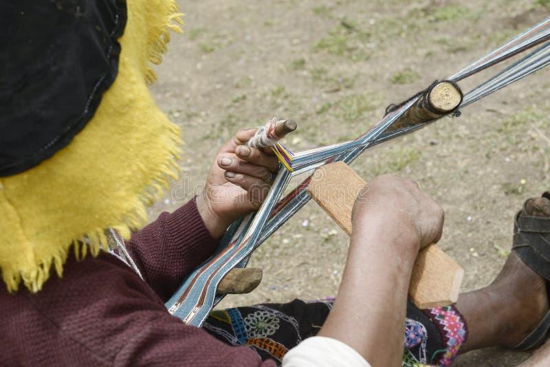 传统衣物编织的布料的秘鲁妇女 库存图片