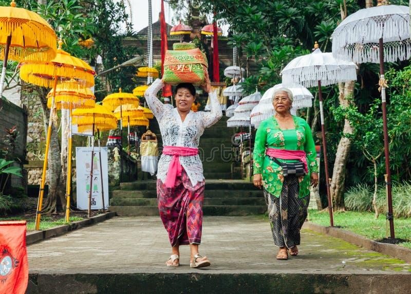 传统衣裳的巴厘语妇女 图库摄影