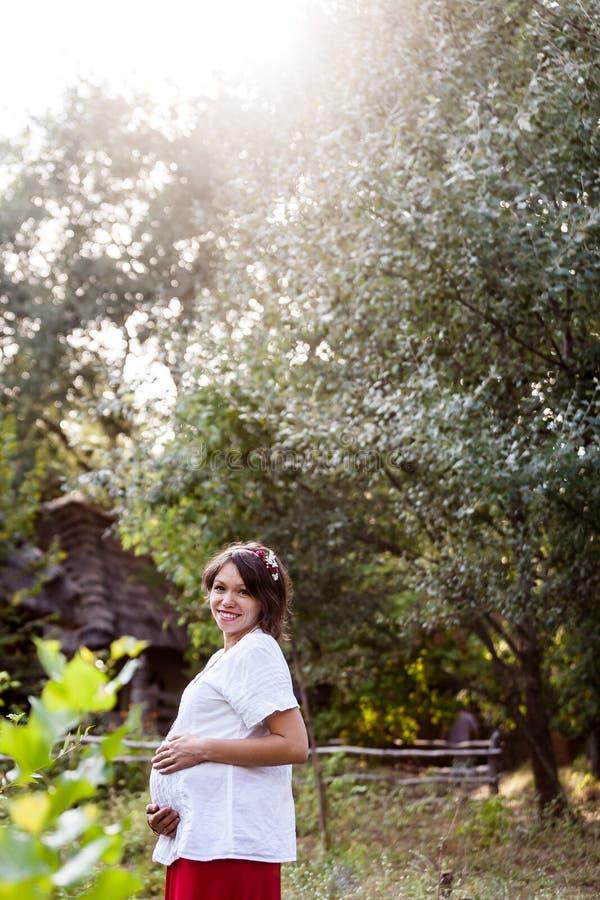 Download 传统被绣的衬衣的乌克兰人孕妇 库存照片. 图片 包括有 夫妇, 衣裳, 纵向, 白种人, beauvoir - 62537482