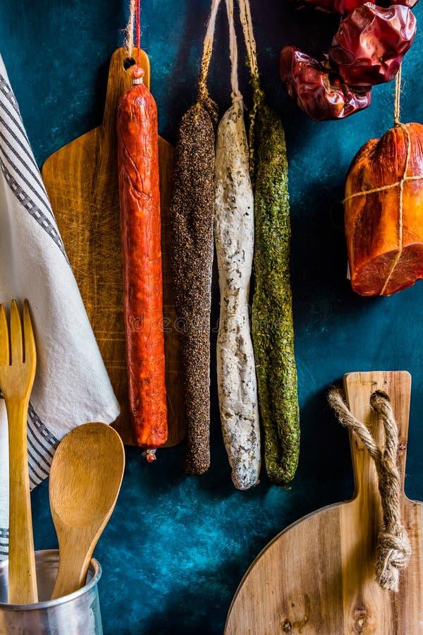 传统西班牙熟食店肉香肠,厨房器物,毛巾,木切板的分类,土气 免版税库存照片
