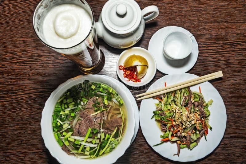 传统越南食物用pho汤用肉和菜 免版税库存图片