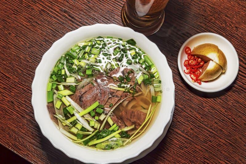传统越南pho汤用肉和菜 库存照片