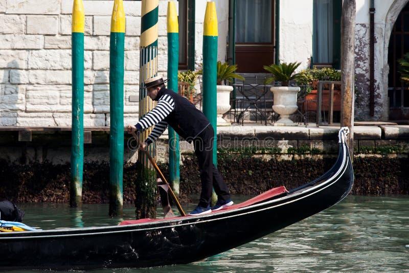 传统长平底船在威尼斯 库存图片