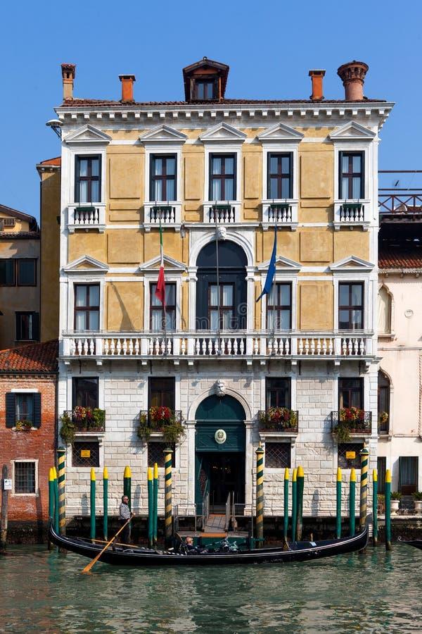 传统长平底船在威尼斯 免版税库存照片