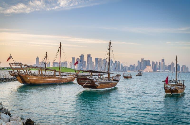传统阿拉伯单桅三角帆船在多哈,卡塔尔 库存照片