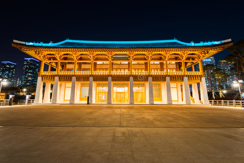 传统韩国样式建筑学在晚上在茵契隆,韩国 库存照片