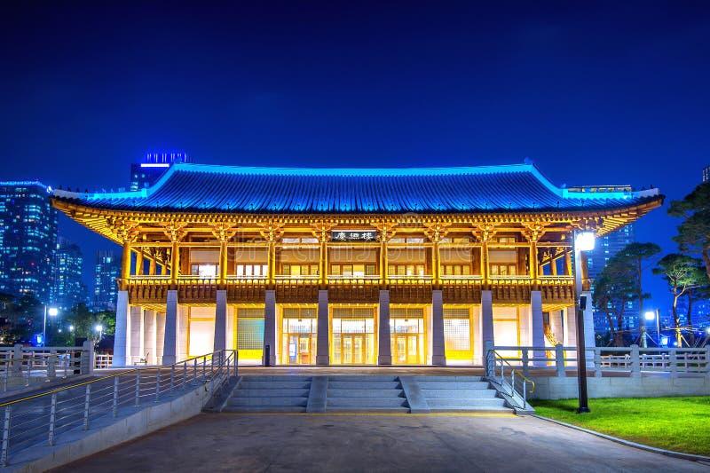 传统韩国样式建筑学在晚上在韩国 免版税库存照片