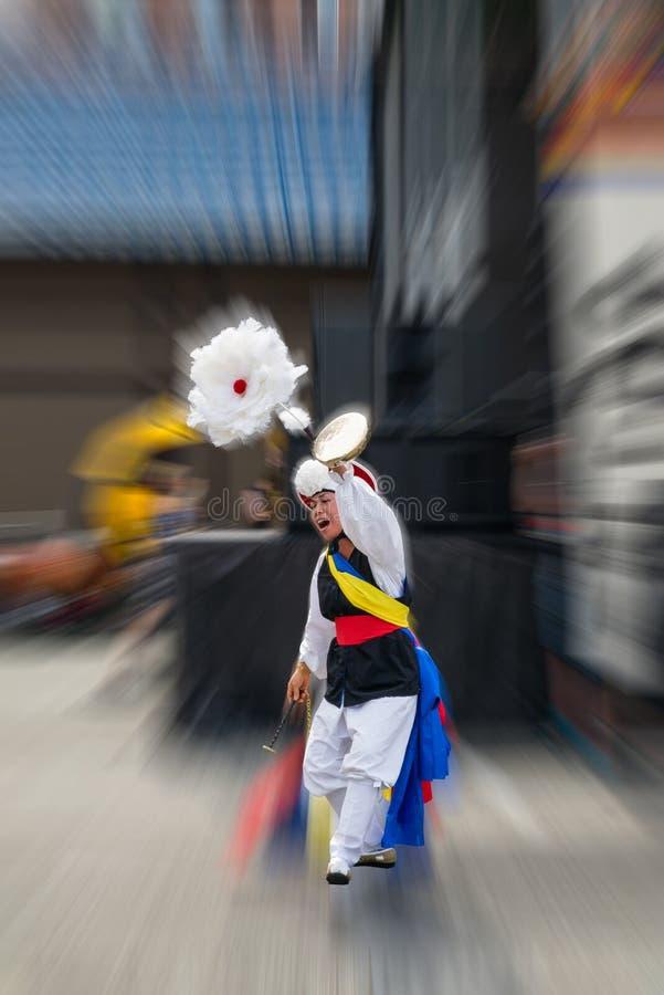 传统韩国舞蹈家执行 免版税库存照片