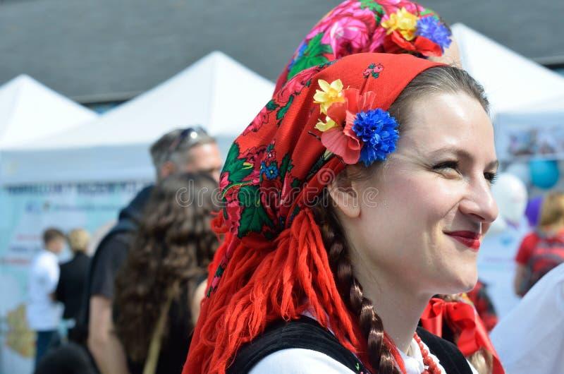 传统顶头围巾的俏丽的波兰妇女 免版税库存图片