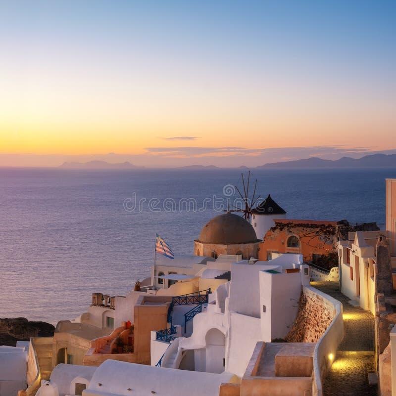 传统风车和公寓在Oia,圣托里尼,希腊在 库存图片