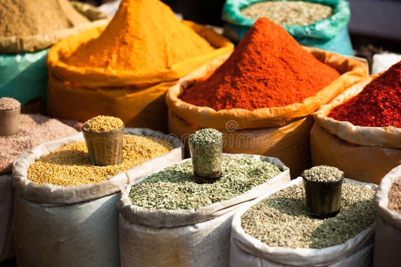 传统香料和干果子在地方义卖市场在印度。 库存照片