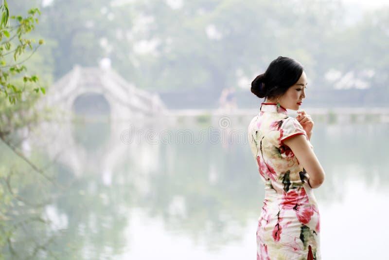 传统cheongsam的亚裔中国妇女 免版税库存图片
