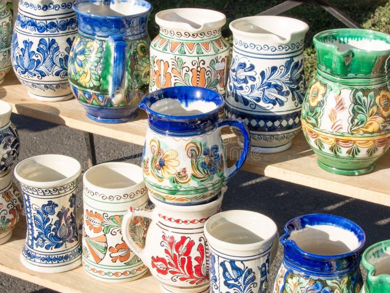 传统hadcrafted罗马尼亚瓦器杯子 库存图片