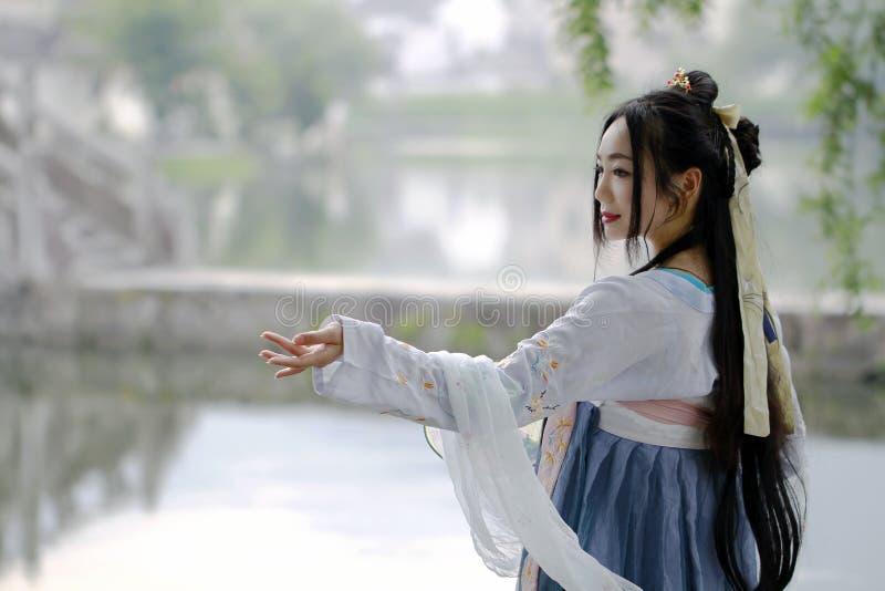 传统Hanfu dressï ¼ Œclassic秀丽的亚裔中国妇女在奇恩角 库存照片