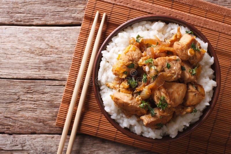 传统oyakodon和米在碗 水平的顶视图 库存图片