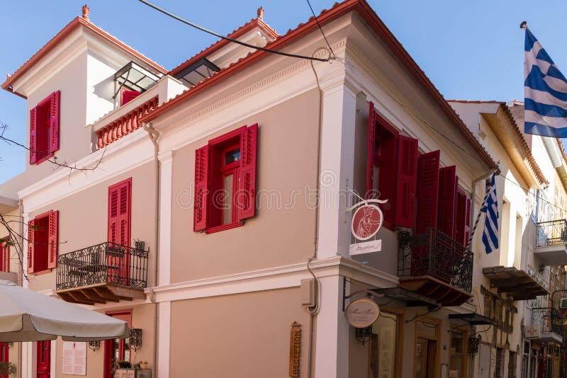 传统rennovated古典大厦和希腊旗子在氟化钠 免版税库存图片