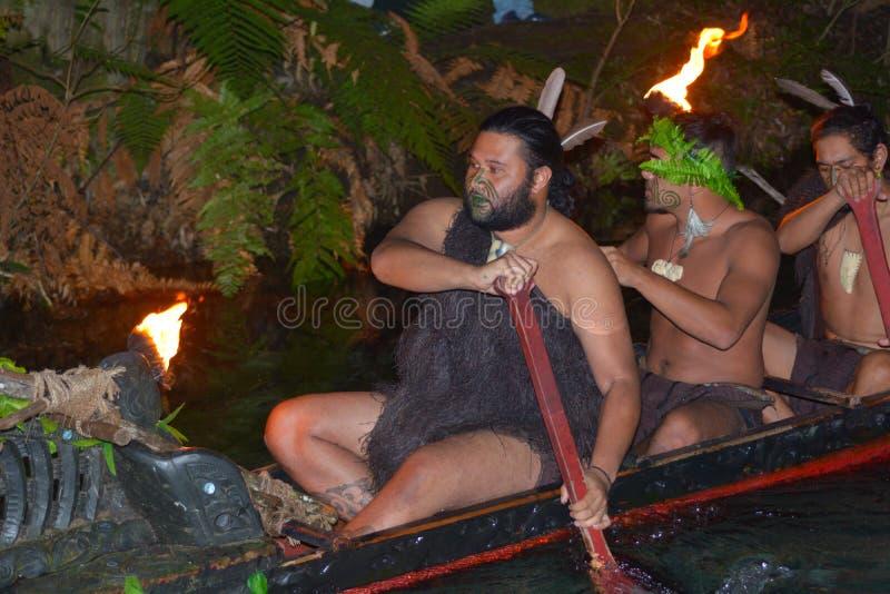 传统waka小船的毛利人人 库存图片
