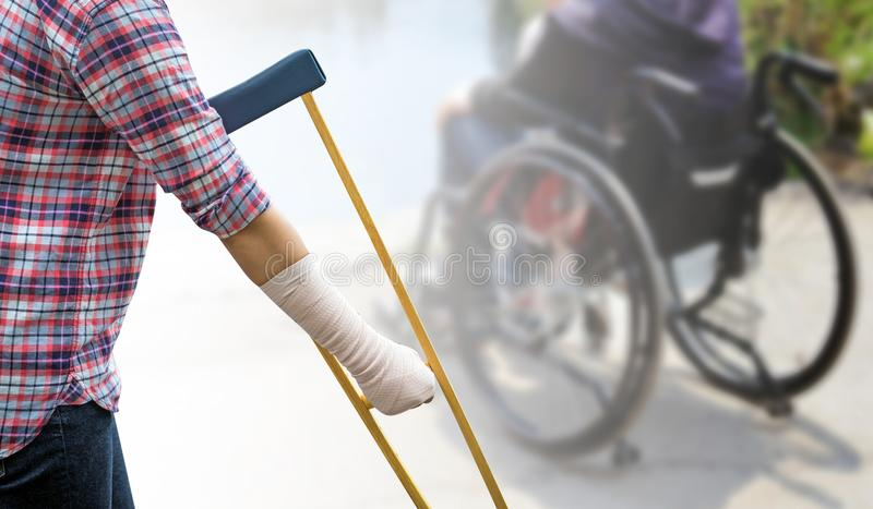 伤害妇女痛苦的胳膊和腿有纱绷带和使用wo的 免版税库存图片