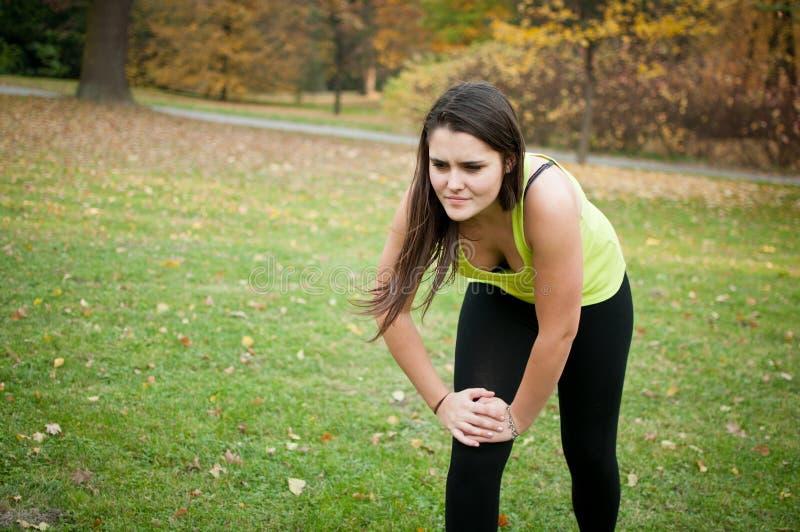 伤害膝盖痛苦体育运动妇女 库存图片