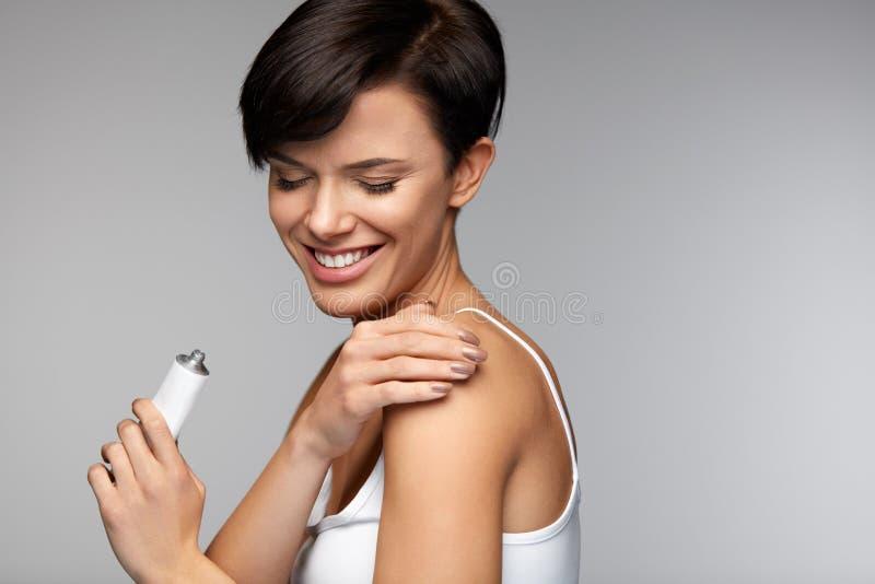 伤害治疗 美好的妇女感觉痛苦,应用奶油 库存图片
