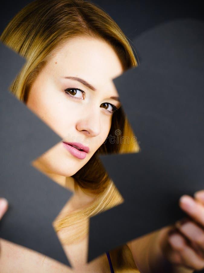 伤心包括的年轻哀伤的妇女 免版税图库摄影