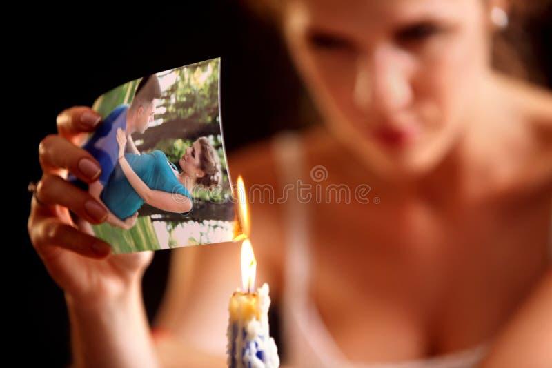 伤心妇女 夫妇破坏 灼烧的家庭照片 库存图片