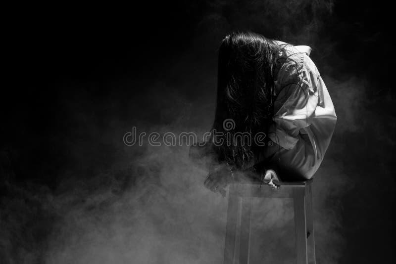 伤心孤独的女孩能哭泣,抽在黑暗的背景的雾. 汉语, 查找.