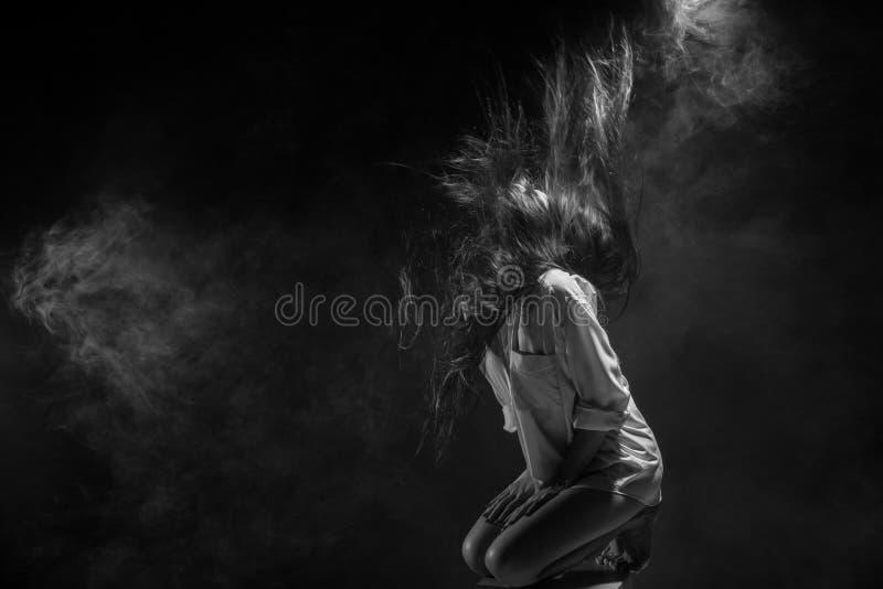 伤心孤独的女孩能哭泣,抽在黑暗的背景的雾