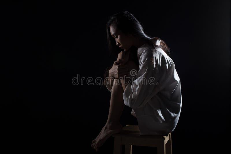 抽象上下交替的曝光对比,文本商标的拷贝空间,伤心孤独的女孩可能哭泣