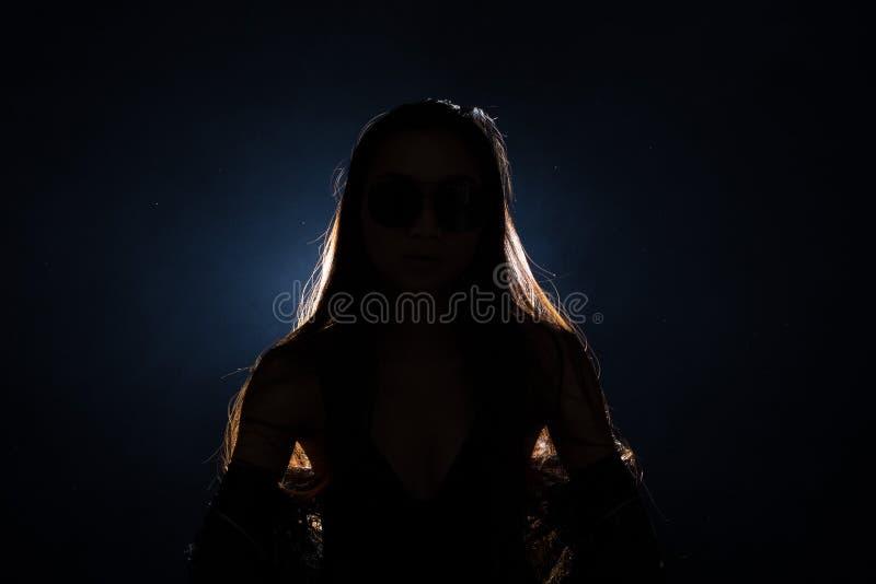 download 伤心孤独的女孩能哭泣,抽在黑暗的背景的雾 库存图片.