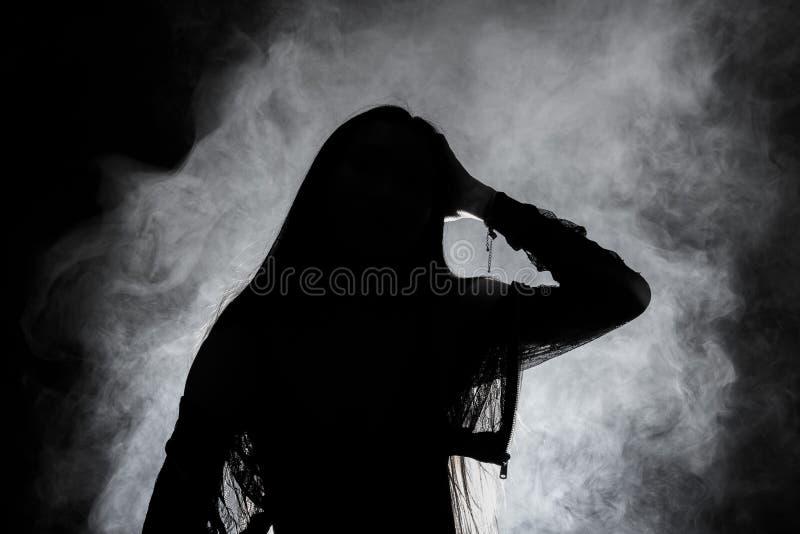 伤心孤独的女孩能哭泣,抽在黑暗的背景的雾.