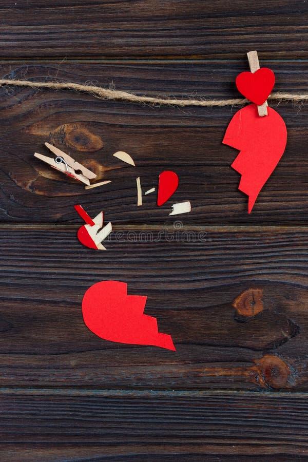 伤心终止汇集和离婚象 红色纸塑造了作为被撕毁的爱,医疗保健问题由于病症 残破的lo 免版税图库摄影