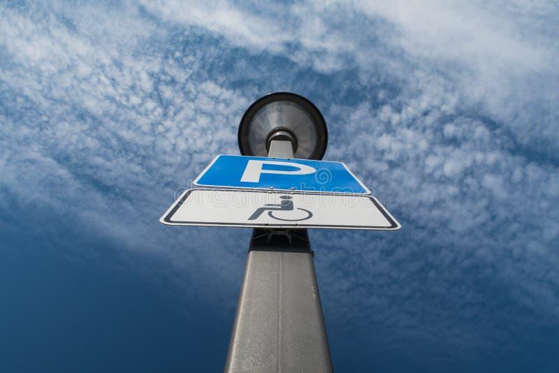 伤残停车位、云彩和天空蔚蓝在背景中 库存照片